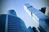在晚上的现代玻璃业务摩天大楼 — 图库照片