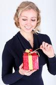 Attraktiv ung flicka med julen levande presenterar — Stockfoto