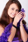 鮮やかなクリスマスの魅力的な若い女の子を提示します。 — ストック写真