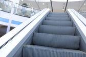 Escada rolante em movimento no aeroporto — Foto Stock