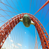 Lebendige rote hängebrücke — Stockfoto