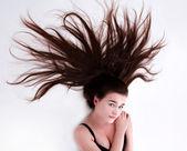 長い巻き毛を持つ美しい、きれいな女性の肖像画 — ストック写真