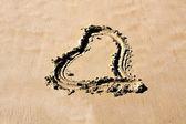 Сердце в песке — Стоковое фото