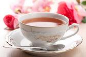 Xícara de chá e rosas — Foto Stock