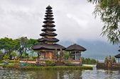 Hermosa balinés pura ulun templo danu en lago bratan. — Foto de Stock