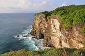 Rotsachtige kust in de buurt van uluwatu tempel op bali — Stockfoto