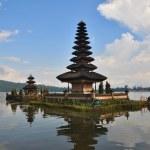 Beautiful Balinese Pura Ulun Danu temple on lake Bratan. — Stock Photo