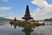 Beautiful Balinese Pura Ulun Danu temple on lake Bratan. — Stock Photo