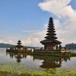 Beautiful Balinese Pura Ulun Danu temple on lake Bratan. — Stock Photo #4895896