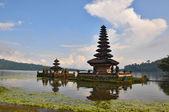 Güzel balili pura ulun danu tapınak gölü bratan üzerinde. — Stok fotoğraf