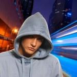 夜の街の背後にあるハンサムな若い男性 — ストック写真