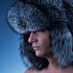 英俊的年轻男子戴着毛茸茸的帽子的肖像 — 图库照片