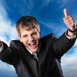 šťastný podnikatel proti modré obloze — Stock fotografie