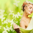 Beautiful young woman with fresh flowers in her hair. Spring concept. — Stock Photo