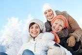 Amigos felices sobre un fondo de invierno — Foto de Stock