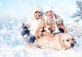 Friends playing with golden retriever outdoorsa — Stock Photo