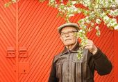 Elderly man in his garden — Stock Photo
