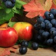 Ripe apples and bunch of grapes — Stock Photo