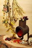 Oude handmill, kruiden en droge bloemen — Stockfoto