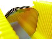Oblea de silicona en un portador de amarillo — Foto de Stock