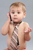 Ragazzino in cravatta parla al cellulare — Foto Stock