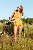 Donna con bici — Foto Stock