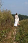 Belle femme avec busket sur le terrain de l'été — Photo