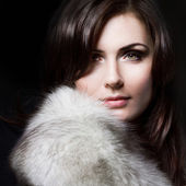 Young beautiful girl in a fur collar — ストック写真