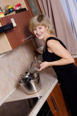 Young woman on kitchen — Stockfoto