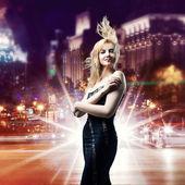 夜の街の背景の上の少女 — ストック写真
