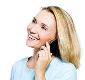 Szczęśliwa kobieta mówi przez telefon — Zdjęcie stockowe