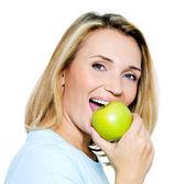 Yeşil elma olan mutlu kadın — Stok fotoğraf