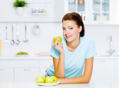 Young woman eating apples — Stock Photo