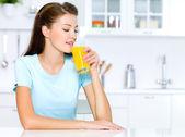 Bebidas de mujer de zumo de naranja — Foto de Stock