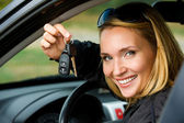Woman shows keys from the car — Stock fotografie