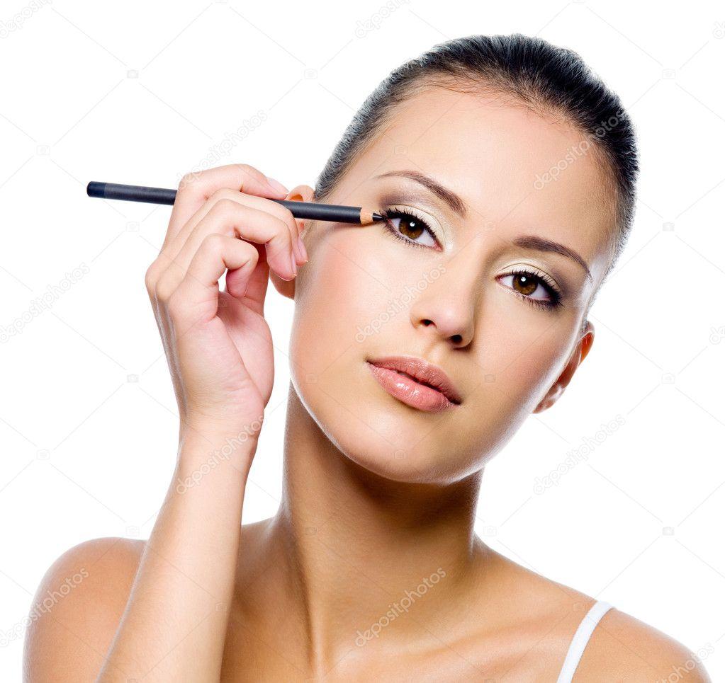 Использование белого карандаша макияже
