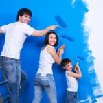 junge Familie, die die Wand Malerei — Stockfoto