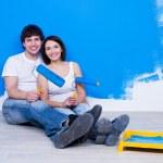 amar par cerca de la pared pintada — Foto de Stock