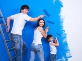 Familia joven pintando la pared — Foto de Stock