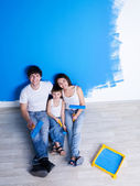 Painting the wall by happy family — Stock Photo