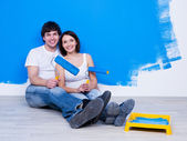 Loving couple near the painted wall — Stock Photo