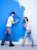 Happy couple near the painted wall — Stock Photo