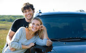 Coppia in piedi vicino l'auto — Foto Stock