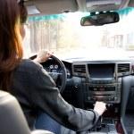 mujer joven que conducía el coche — Foto de Stock