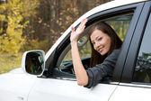 Mujer exitosa en el coche nuevo — Foto de Stock