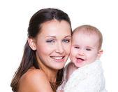 笑みを浮かべて赤ちゃんの幸せな母 — ストック写真