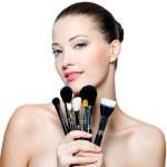 Retrato de la mujer hermosa con pinceles de maquillaje — Foto de Stock