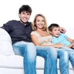 Счастливый молодая семья с ребенком довольно — Стоковое фото