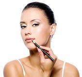 Beauty woman applying lipstick — Stock Photo