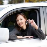 framgångsrik kvinna med nycklar från bil — Stockfoto